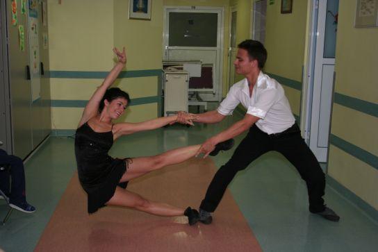 Pokaz tańca Kasi Cichopek i Marcina Hakiela dla pacjentów w Instytucie Matki i Dziecka
