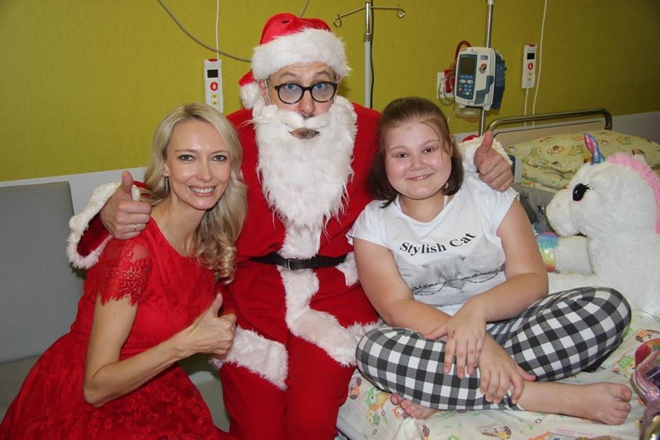 Mikołaje wręczają prezenty dzieciom!