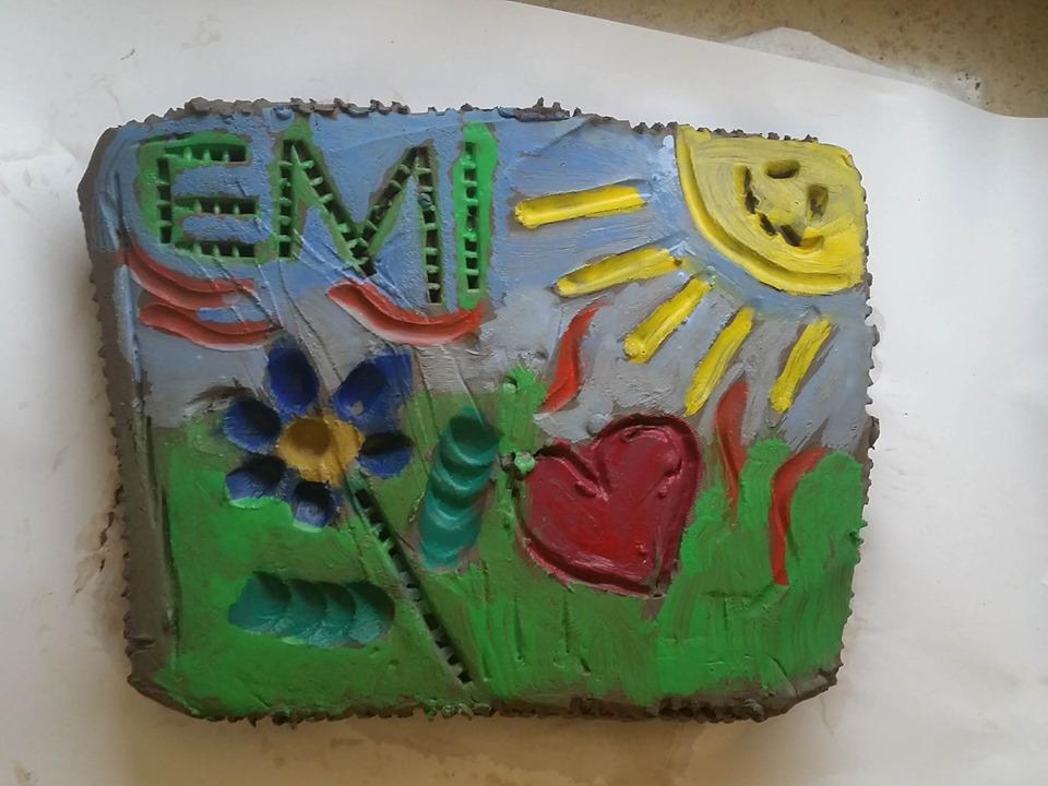 Dzieci wykonały kolorowe płaskorzeźby i obrazy na szkle